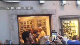 Francisco visita al oculista en pleno centro de la ciudad de Roma