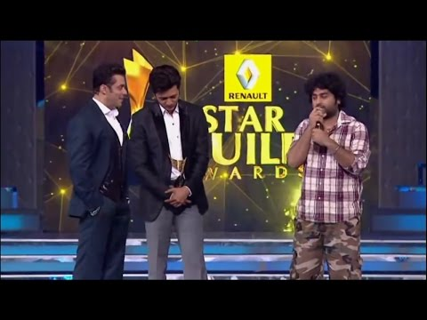 Arijit Singh Receiving Award From Salman Khan For Tum Hi Ho.