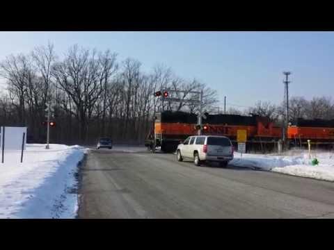 BNSF 2956 vs. car in a horn duel, Batavia, Illinois
