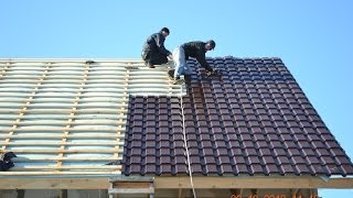 видео Покрытие крыши металлочерепицей
