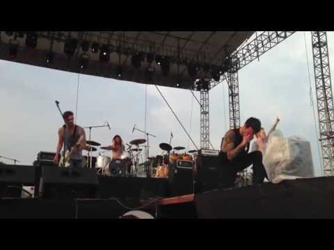 A Skylit Drive-Love The Way You Lie (Live Pulp Summerslam 2013)