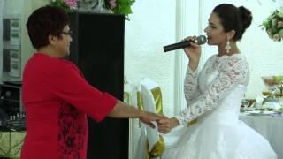 Невеста поёт песню для мамы на свадьбе
