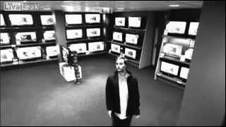 Ladro geniale ruba un televisore 42 pollici, INCREDIBILE!