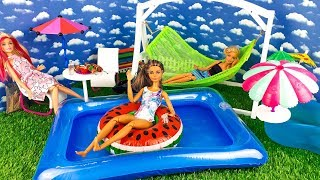 Barbie dolls - swimming day in the pool / Play dolls