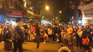 Cô gái đánh đàn violon giữa phố gây phấn khích cho mọi người
