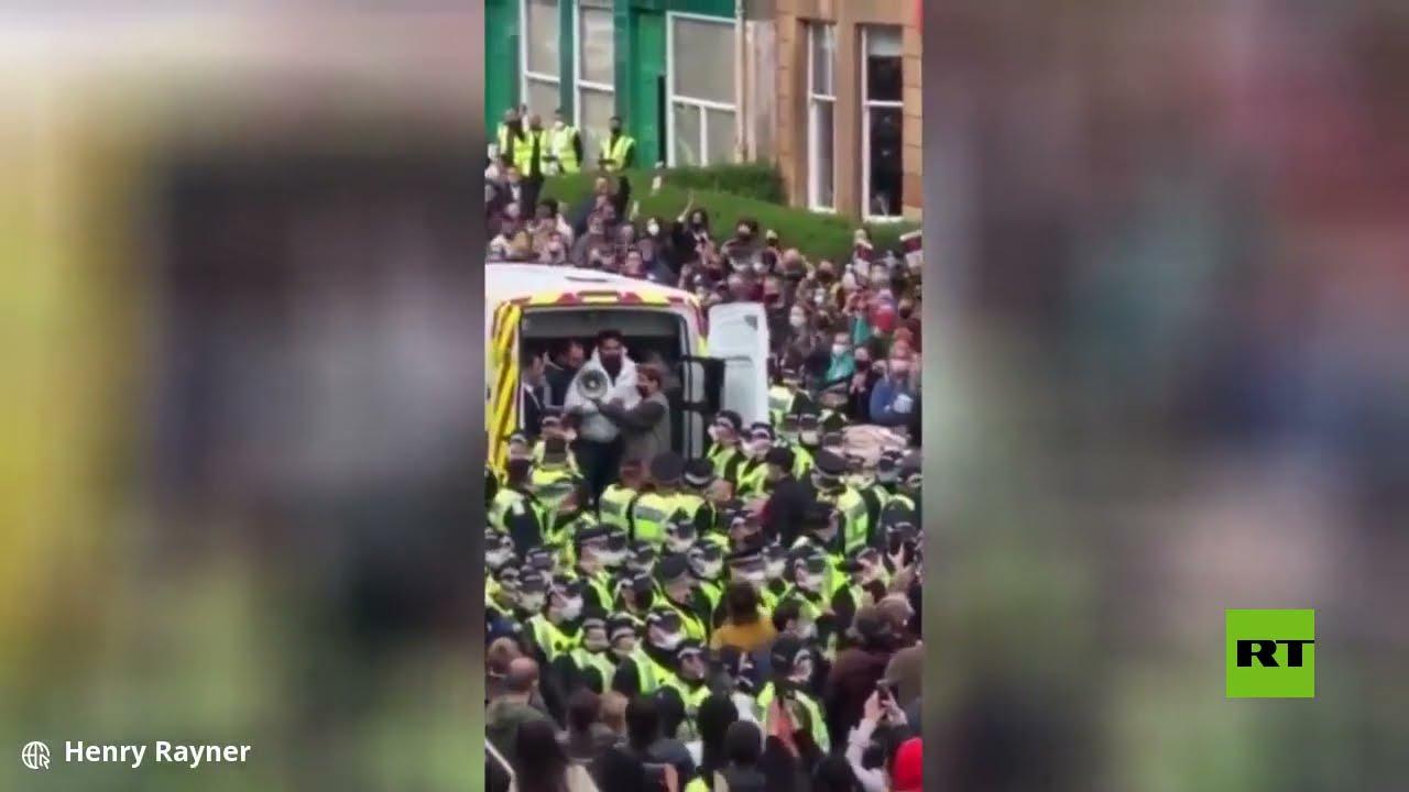 شاهد.. حشود المحتجين تمنع ترحيل المهاجرين من المملكة المتحدة  - 09:54-2021 / 5 / 15