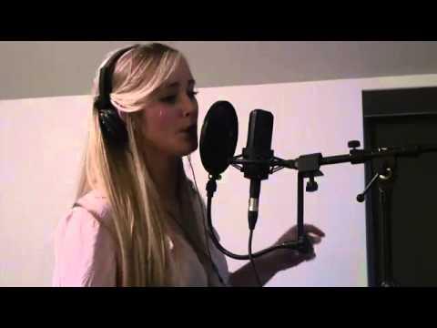 Whistle поёт девушка