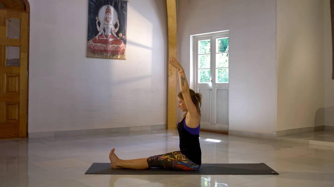 Yoga oefening: Paschimottanasana (vooroverbuiging zittend ...