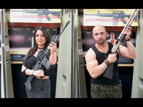 Un couple dans un stand de tir à Los Angeles