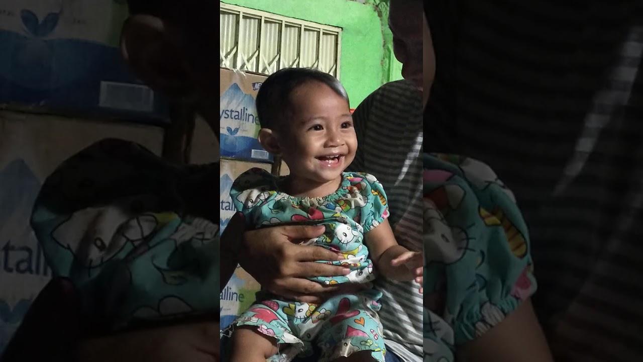 bayi lucu bermain dengan keluarga - YouTube