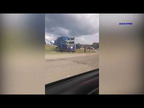 Момент столкновения двух грузовиков в Абинске попал в объектив видеорегистратора.