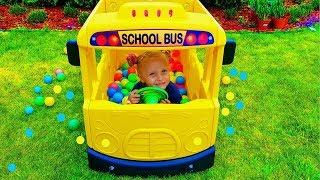 Девочка как водитель школьного автобуса и дождь из Цветных шариков   / Сказки для Евы