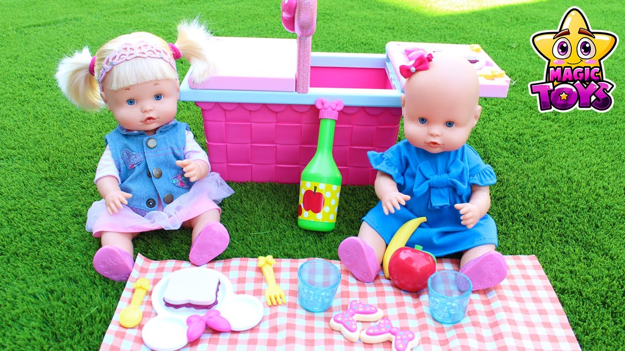 Nenuco HERMANITAS TRAVIESAS Naia y Alice hacen un PICNIC con su cesta de MINNIE y van de CAMPING