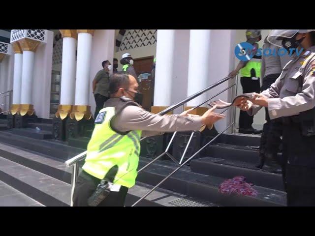 ATAP MASJID AGUNG NGUTER AMBRUK, POLISI GOTONG ROYONG BERSIHKAN PUING RERUNTUHAN