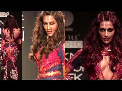 Chitrangada Singh Hot wardrobe malfunction|Lakme fashion week