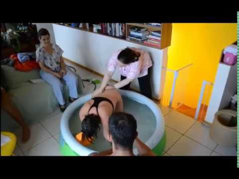 Sinh em bé dưới nước tại nhà,bên cạnh gia đình,rất xúc động