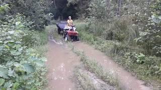 Трактор из мотоблока едет по грязи.