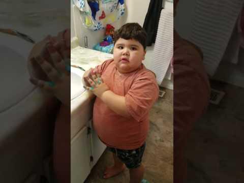 Video de Risa: Niño brinca del susto. Deja de hacer travesuras!!