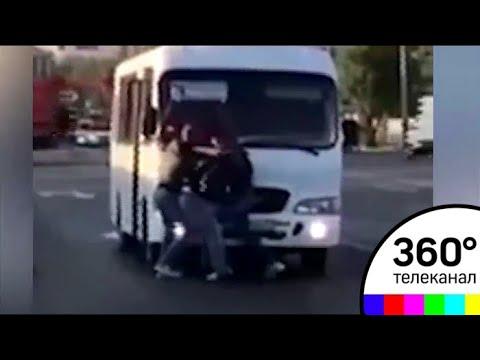 Водитель и пассажир автобуса устроили драку на дороге - МТ