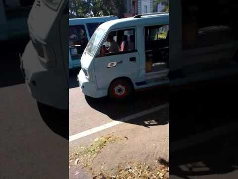Mobil angkot sedang ngetem di jalan