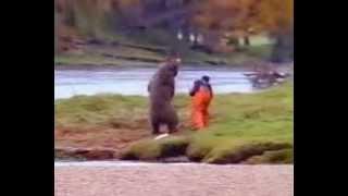 人間と野生の?熊の対決です.