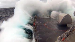 米韓軍事演習に初参加するフリーダム級沿海域戦闘艦が荒波の東シナ海を航行