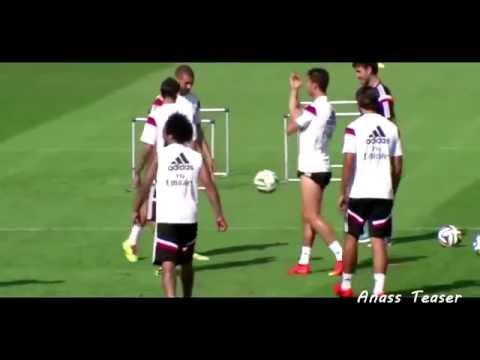 Cristiano Ronaldo shows middle finger to Angel Di Maria