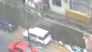 muro cae encima de los carros por las lluvias