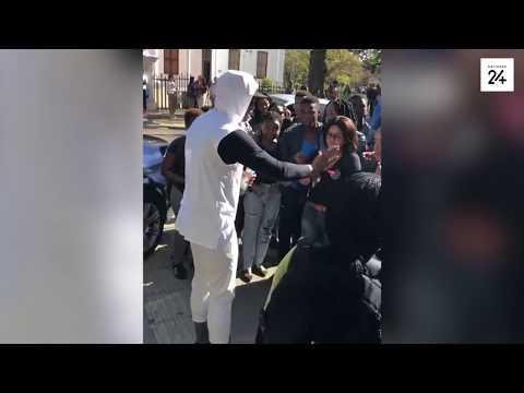 Man gee geld aan vreemdelinge in Johannesburg