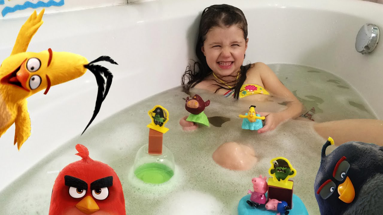 DZIDZIO купается в нашей ванной Angry Birds играем в ванной