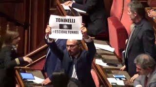 """Bagarre in Senato, Pd a Toninelli: """"Esci dal tunnel"""". Forza Italia: """"Ministro vada a studiare"""""""