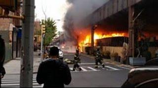 Мощный пожар вспыхнул в Нью-Йорке после взрыва газа