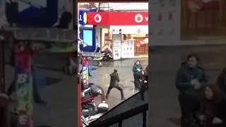 Beşiktaşta Boks Makinesi ile Kendinden Geçen Adam