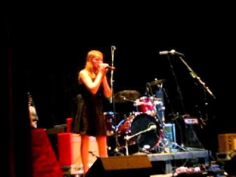 Jaycie sings