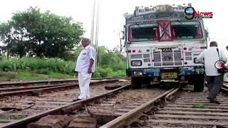 रेल की पटरी पर दौड़ते ट्रक से मचा हड़कंप | Truck Runs on Railway Track at Rewari Station Haryana