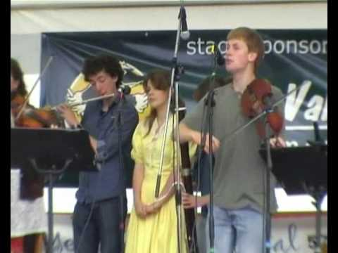 Fingers & Fretz performing at the Wessex Folk Fest...