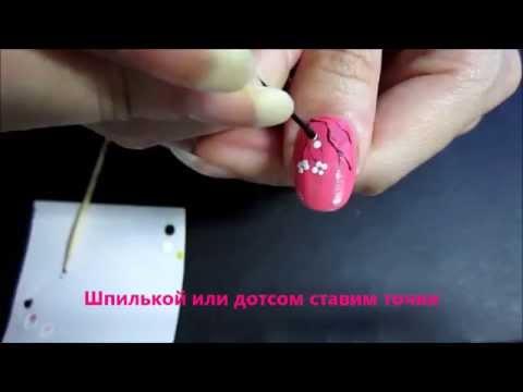 На ногтях веточка сакуры