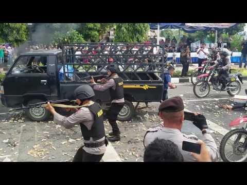 Lihat Demo Aksi Polisi Menghalau Massa Dengan Suara Tembakan!