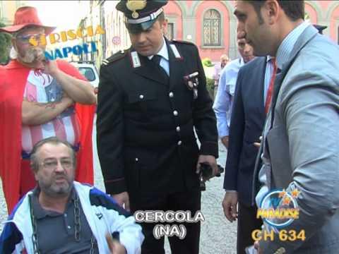 Striscia Napoli - Si incatena davanti al comune di Cercola: la protesta disoccupato Vitale