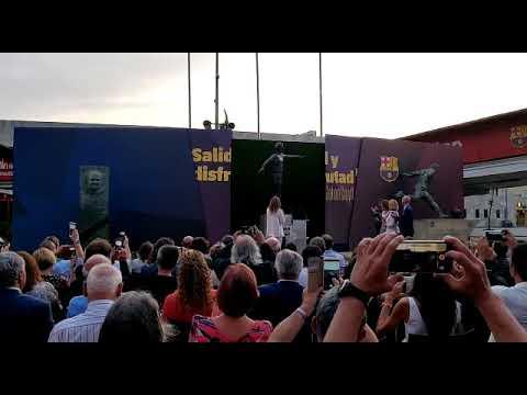 La estatua de Johan Cruyff ya luce en la explanada del Camp Nou