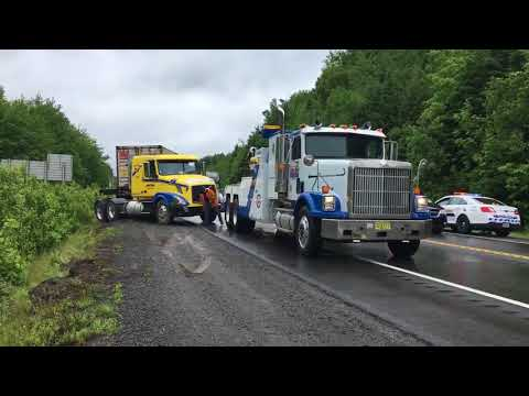 Highway 101 reopens in Kentville after closing for trapped transport truck