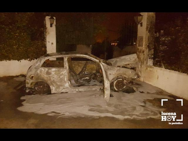 VÍDEO: Un incendio calcina un vehículo estacionado junto a un chalet en Los Poleares