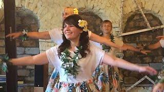 Гавайские танцы. Красиво девушки танцуют.  Гавайская вечеринка