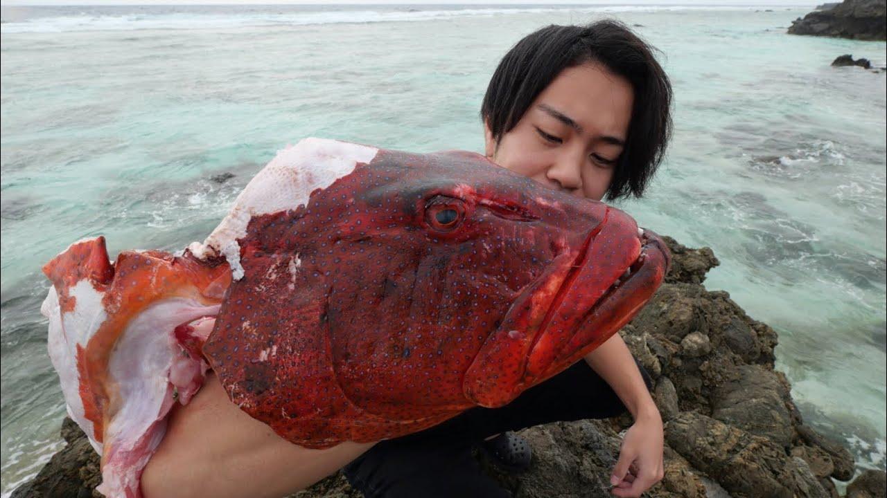 20kg超えの巨大すぎる魚の頭を豪快に焼いて食べてみると。。