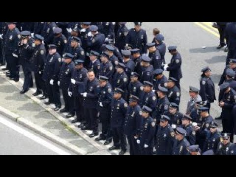 NYPD officers turn their backs on Mayor de Blasio at slain officer's funeral