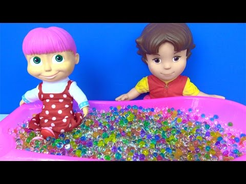 Heidi ile Maşa orbeez top havuzunda oynuyor - Maşa ile Koca ayı renkli top küvetinde - Orbiz küveti
