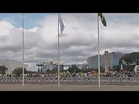 Manifestantes pró-governo se reúnem em Brasília