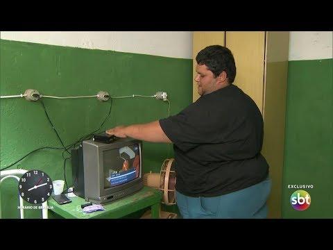 Jovem que luta para vencer a obesidade recebe surpresa | Primeiro Impacto (01/12/17)