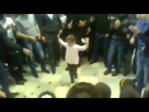 Маленькая девочка нереально танцует лезгинку. Супер лезгинка