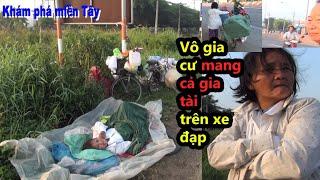 Người phụ nữ ngủ bên vệ đường mang cả gia tài trên chiếc xe đạp/KPMT